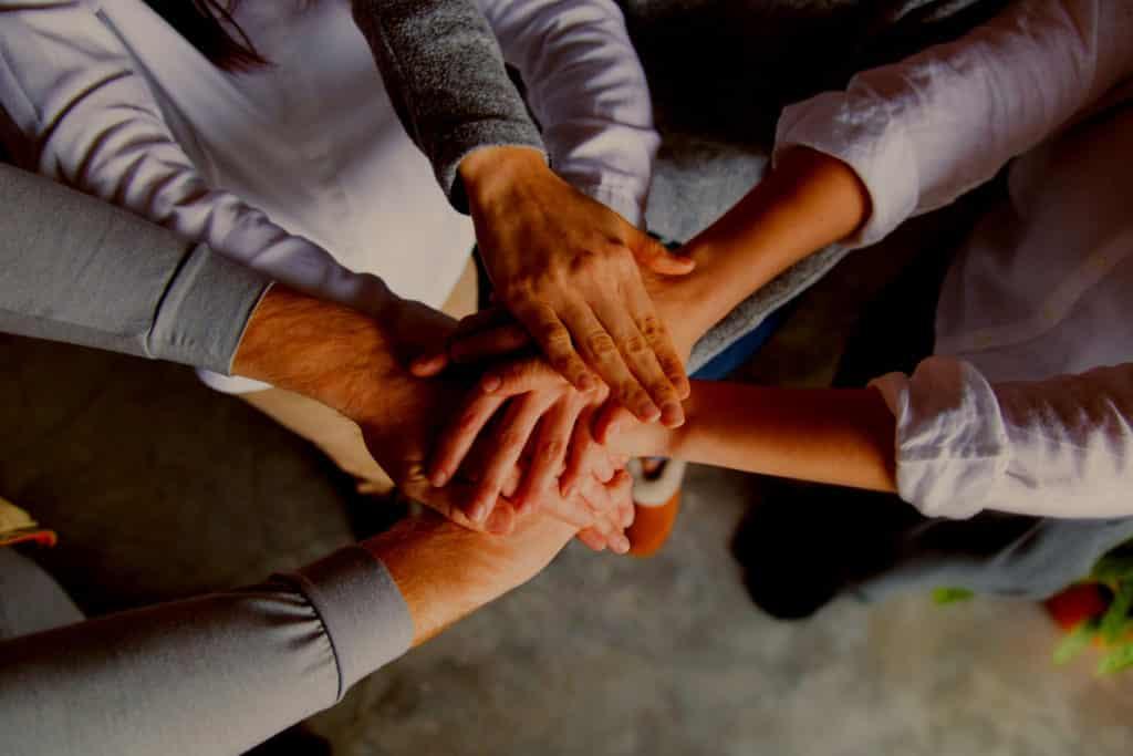Image illustrant des mains dans des mains