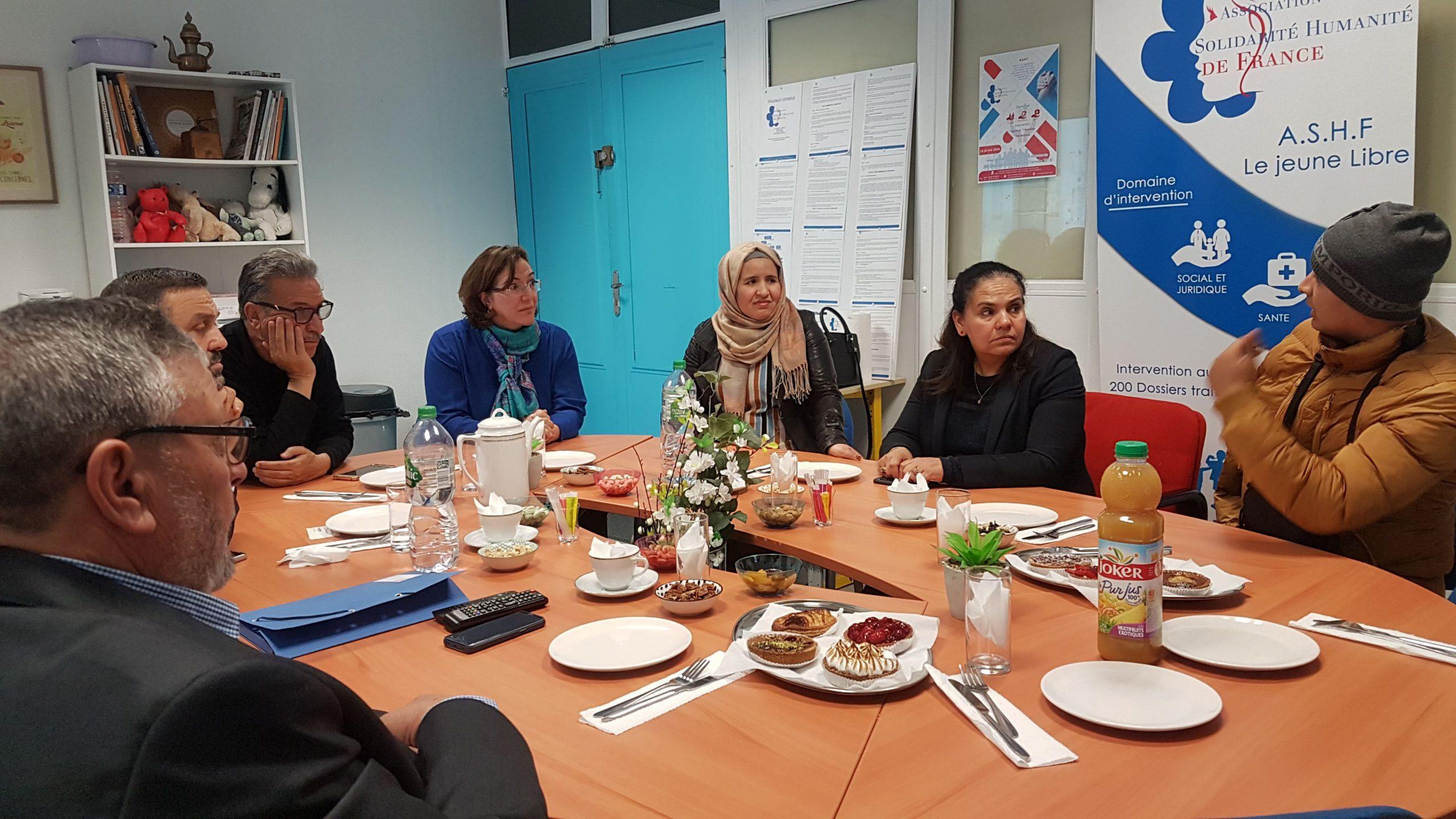 Image illustrant la réunion des membres de l'association avec un malade