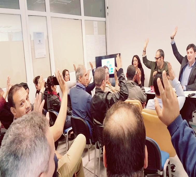 Image illustrant un vote à main levée